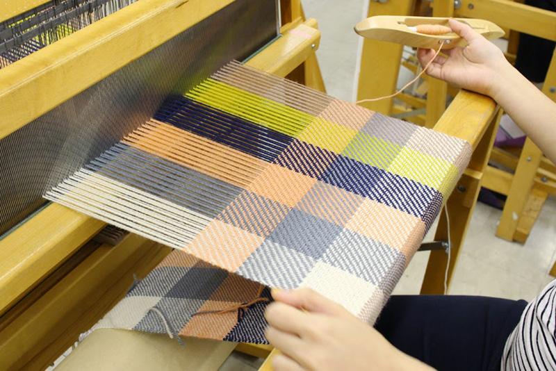 テキスト ボックス:     はじめの6回で学ぶ基礎織り                自身でデザインした生地で作る日傘